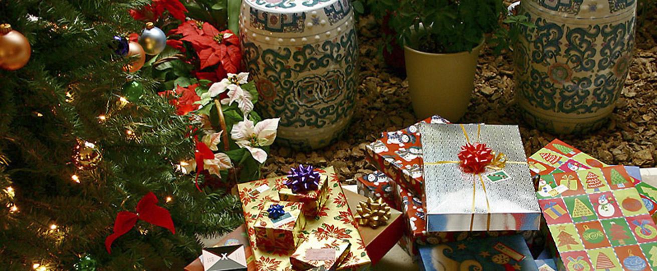 Gifts_xmasKelvin Kay, enuserkkmd-wiki-creative-commons-gncfree-2